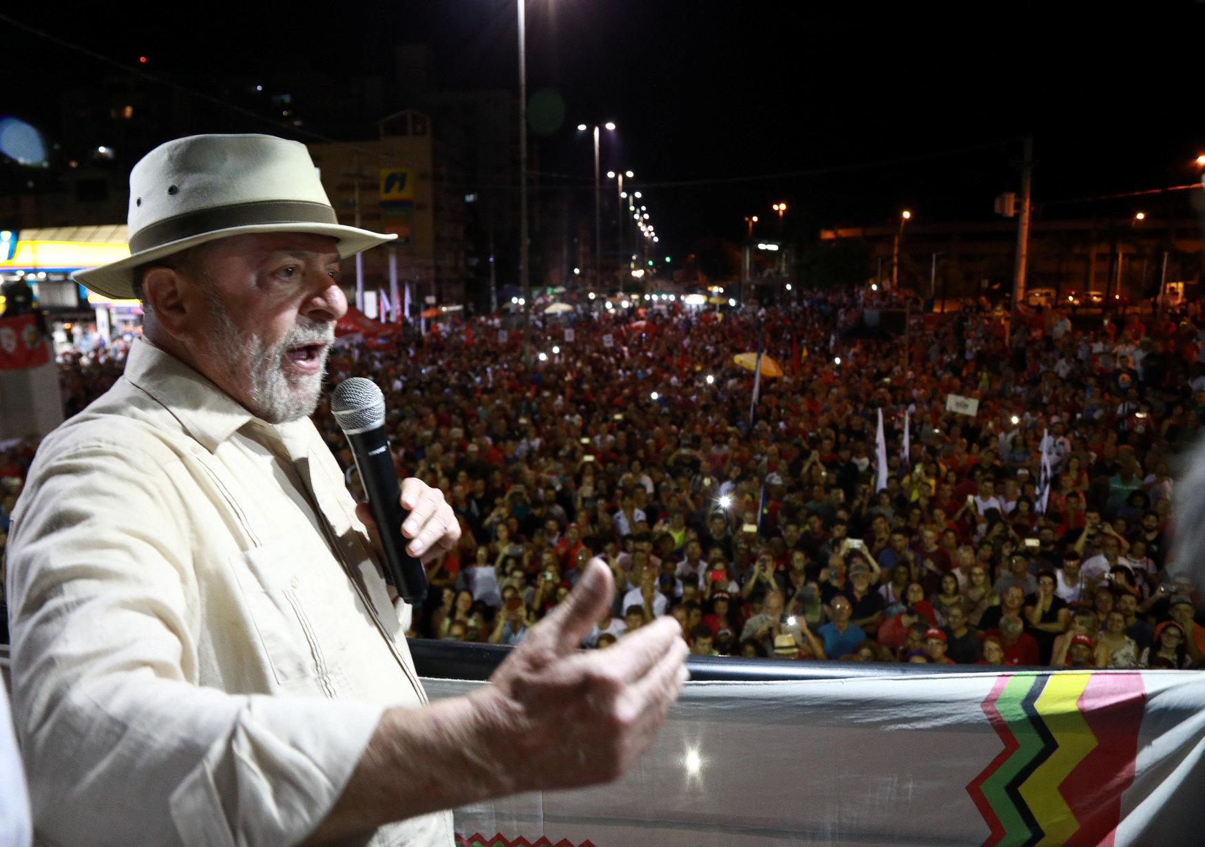 O ex-presidente brasileiro Luiz Inácio Lula da Silva participa de um comício em São Leopoldo, Estado do Rio Grande do Sul, Brasil 23 de março de 2018. REUTERS / Diego Vara