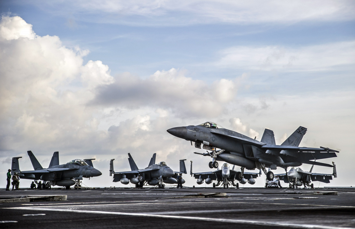 A U.S. Navy F/A-18E Super Hornet aircraft assigned to Strike Fighter Squadron (VFA) 195 prepares to make an arrested landing on the flight deck of the aircraft carrier USS George Washington (CVN 73) in the South China Sea