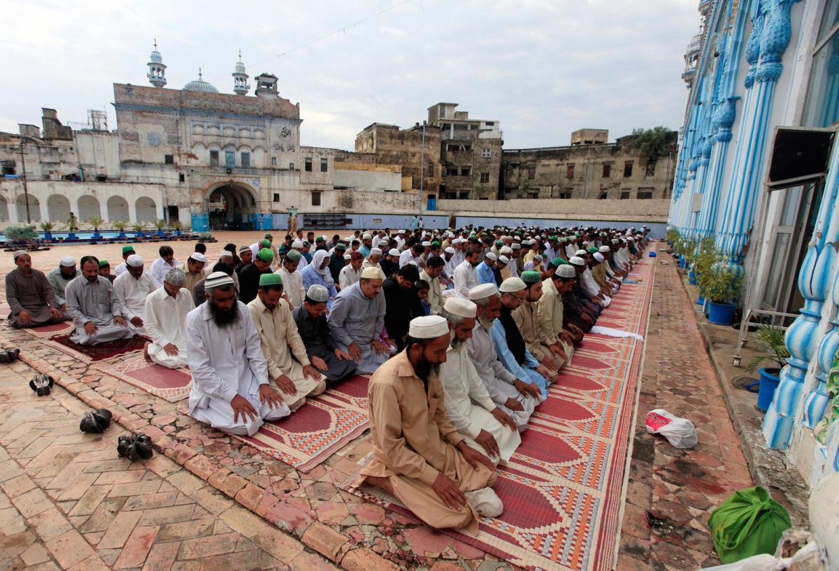 Muslims attend Eid al-Adha prayer at a mosque in Rawalpindi, Pakistan September 2, 2017. Reuters/Faisal Mahmood
