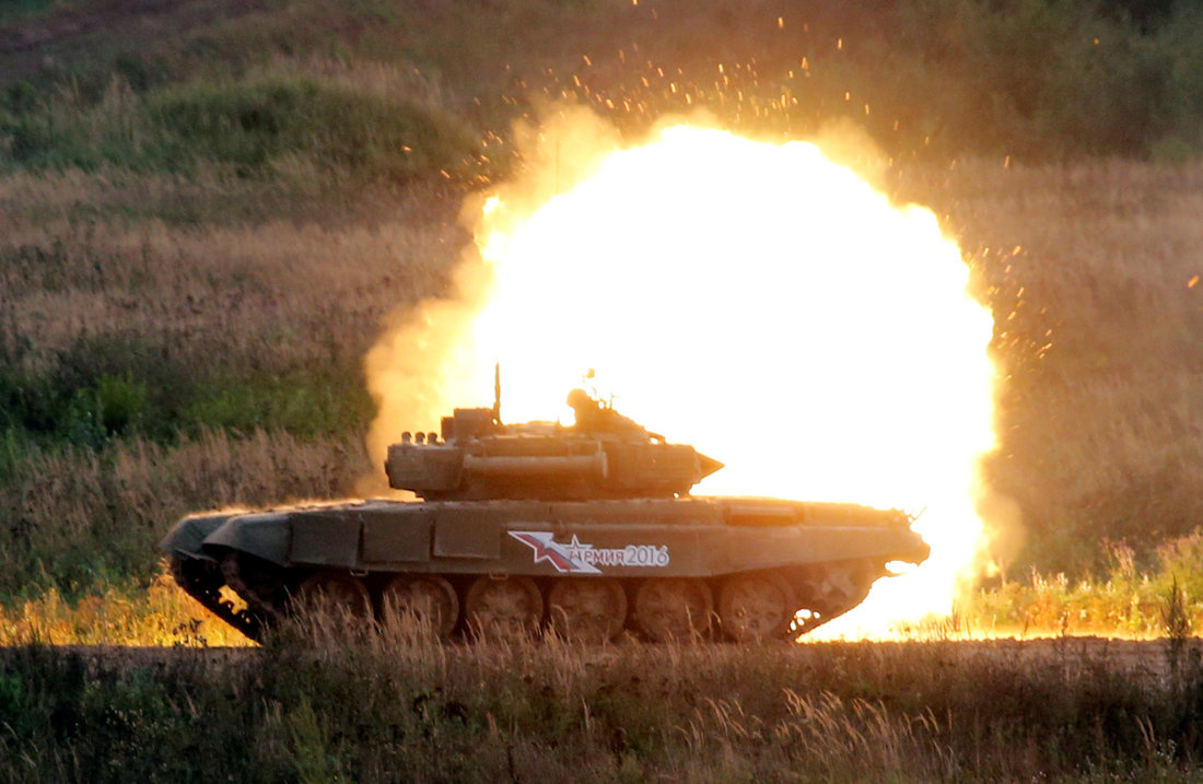 """A Russian battle tank fires during a demonstration at the international military-technical forum """"ARMY-2016"""" in Moscow region, Russia, September 6, 2016. REUTERS/Maxim Zmeyev"""