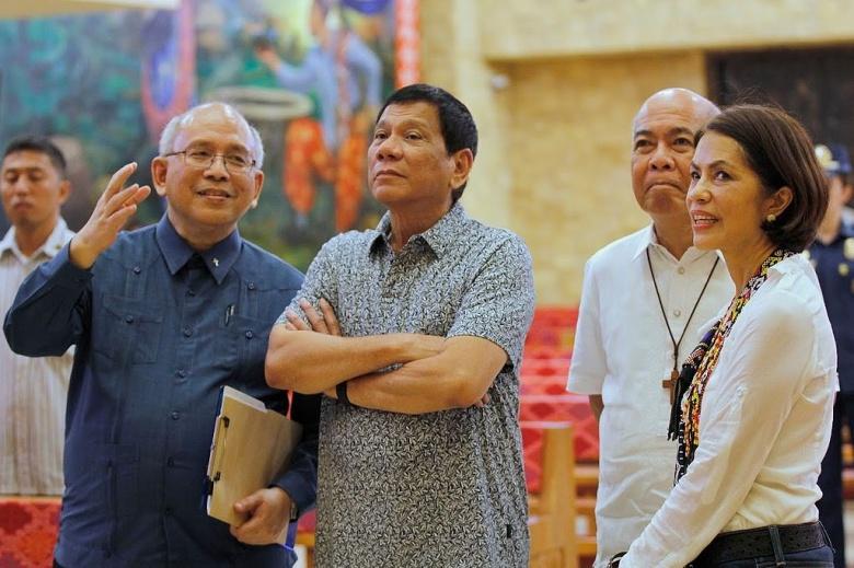 President Rodrigo Duterte with Fr. Joel Tabora SJ and Environment Secretary Regina Paz Lopez. Wikimedia Commons/Presidential Communications Operations Office