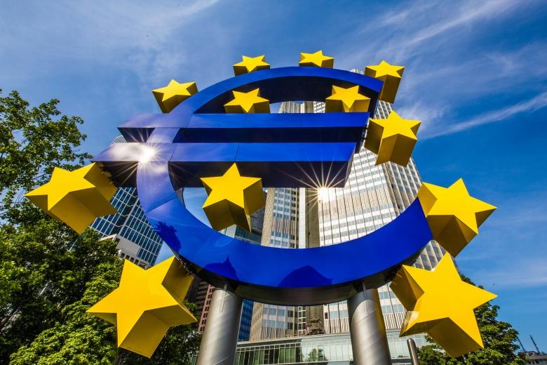Euro symbol sculpture, Frankfurt, Germany. Flickr/@xingxiyang