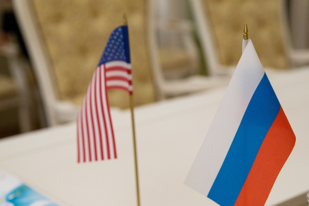 Flags of the United States and Russia. Flickr/Creative Commons/Eurasian Women's Forum