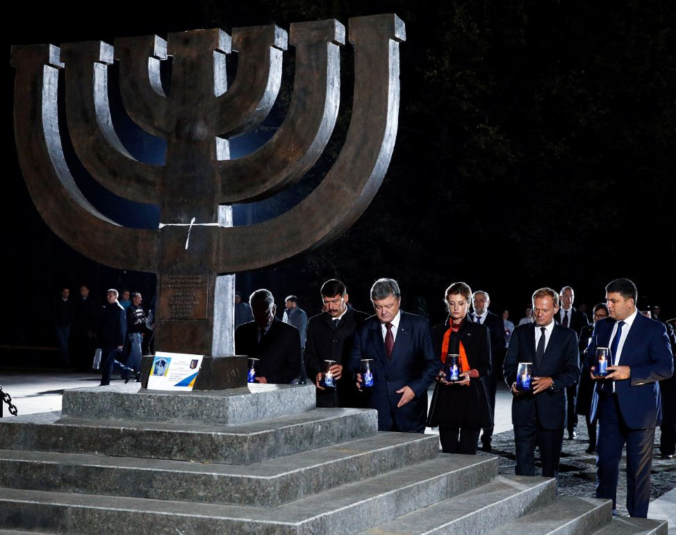 (L-R) German President Joachim Gauck, Hungarian President Janos Ader, Ukrainian President Petro Poroshenko with his wife Maryna, European Council President Donald Tusk, Ukrainian Prime Minister Volodymyr Groysman attend a ceremony commemorating the victims of Babyn Yar (Babi Yar), one of the biggest single massacres of Jews during the Nazi Holocaust, in Kiev, Ukraine, September 29, 2016. REUTERS/Valentyn Ogirenko
