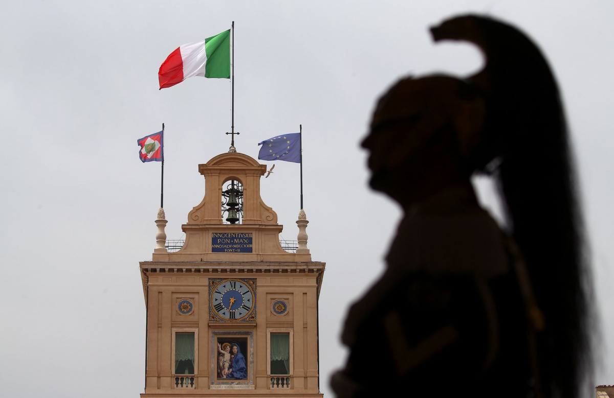 A member of the Italian elite military unit Cuirassiers' Regiment, who are honour guards for the Italian president, stands guard inside the Qurinal palace before Carlo Cottarelli meeting with Italy's President Sergio Mattarella at the Quirinal Palace in Rome, Italy, May 29, 2018. REUTERS/Alessandro Bianchi