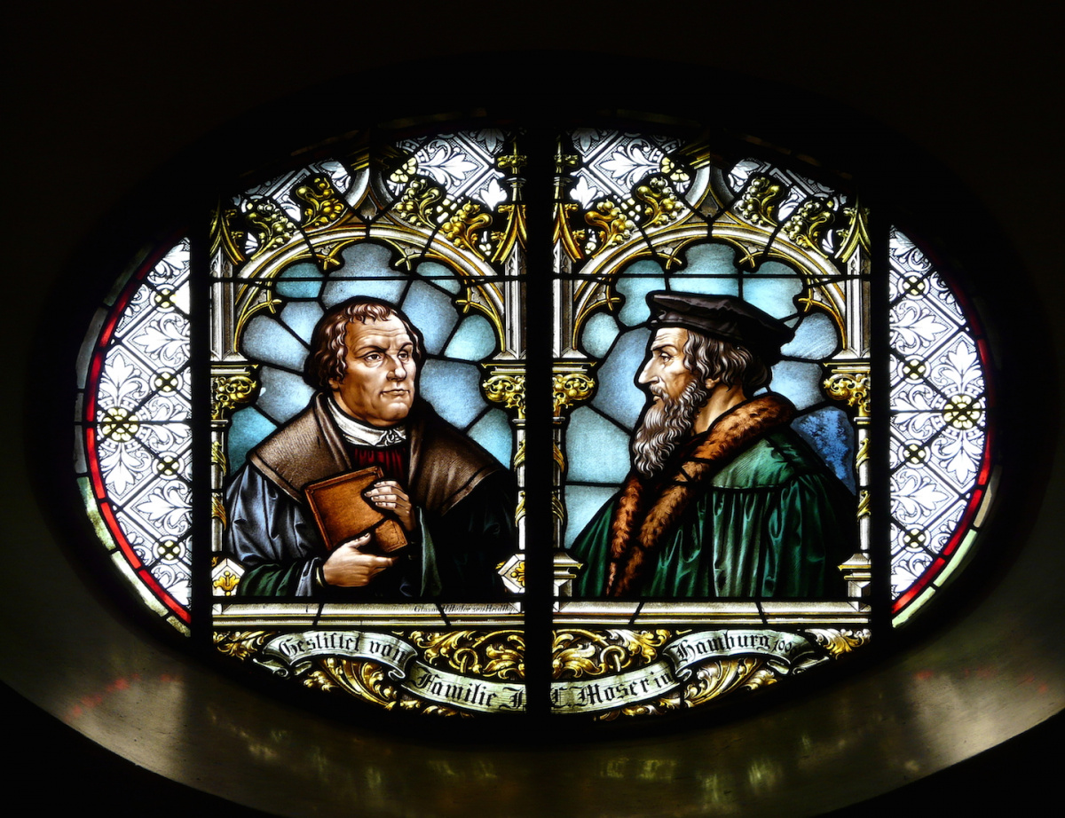 Stained-glass window depicting Martin Luther and John Calvin. © Hartmann Linge, Wikimedia Commons, CC-by-sa 3.0