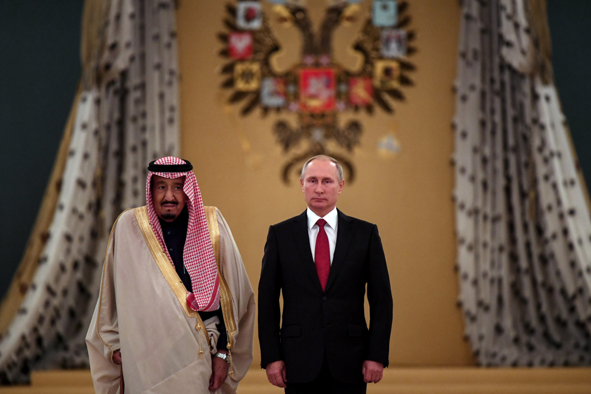 Russian President Vladimir Putin (R) and Saudi Arabia's King Salman attend a welcoming ceremony ahead of their talks in the Kremlin in Moscow, Russia October 5, 2017. REUTERS/Yuri Kadobnov/Pool​
