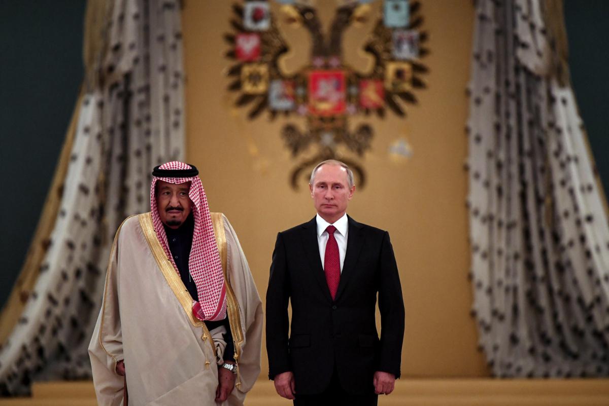 Russian President Vladimir Putin (R) and Saudi Arabia's King Salman attend a welcoming ceremony ahead of their talks in the Kremlin in Moscow, Russia October 5, 2017. REUTERS/Yuri Kadobnov/Pool