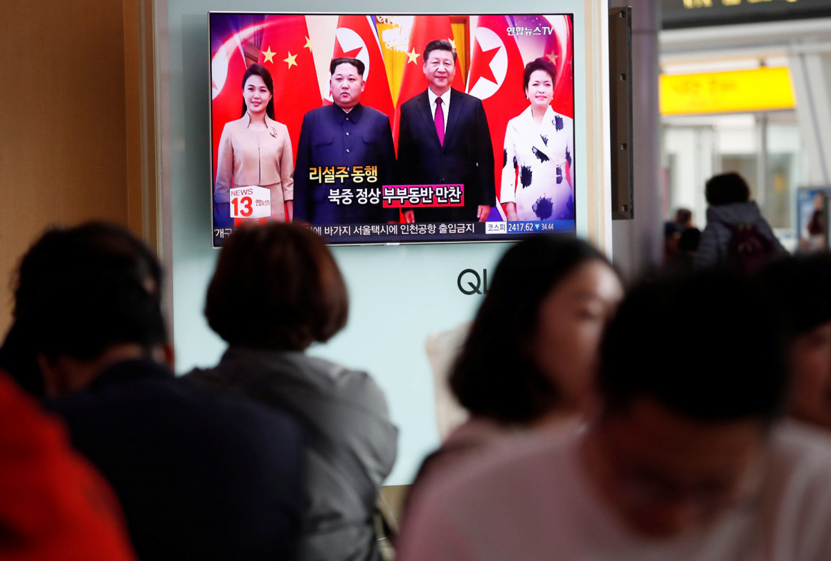 People watch a TV broadcasting a news report on a meeting between North Korean leader Kim Jong Un and Chinese President Xi Jinping in Beijing, in Seoul, South Korea, March 28, 2018. REUTERS/Kim Hong-Ji​