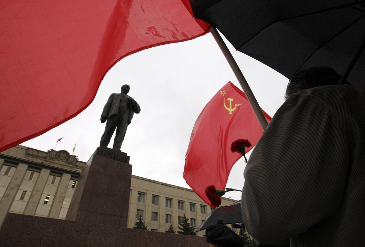 Communist supporters lay flowers at the statue of Lenin to mark the anniversary of the 1917 Bolshevik revolution in the south Russian city of Stavropol November 7, 2012. REUTERS/Eduard Korniyenko