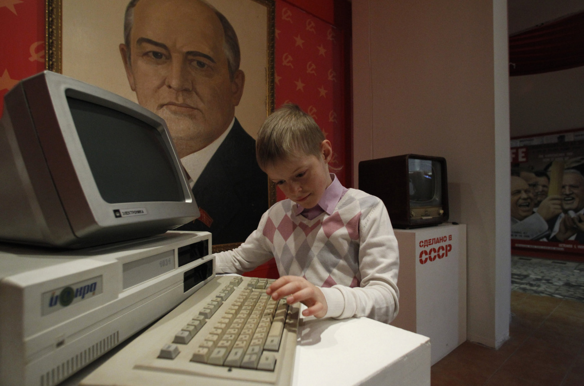 """A young visitor looks at an early computer on display at the Museum of the Soviet Union in Moscow February 24, 2013. The museum contains exhibits from all aspects of life in the Soviet period that were """"Made in the USSR"""", according to museum officials. REUTERS/Sergei Karpukhin"""