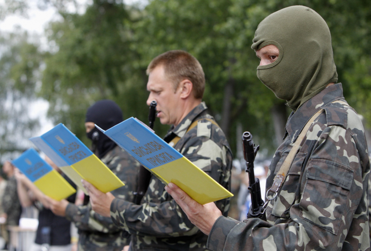 "Members of the ""Donbass"" self-defence battalion swear the oath to be officially included into the reserve battalion of the National Guard of Ukraine, near Kiev, June 23, 2014. REUTERS/Valentyn Ogirenko"