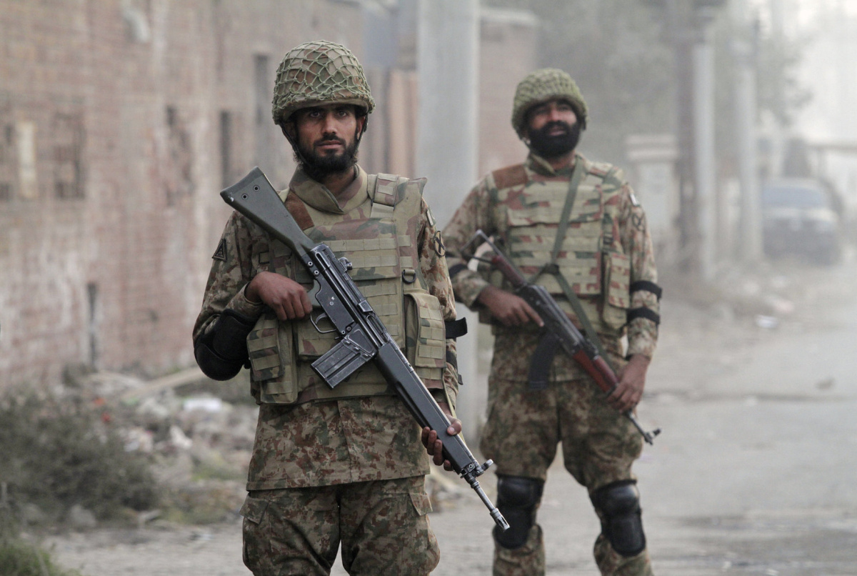 Pakistan Army soldiers stand guard during a patrol along a road leading to Central Jail Lahore December 20, 2014. REUTERS/Mohsin Raza