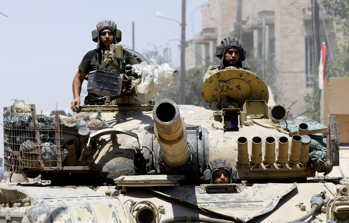 Iraqi soldiers look out from a tank as they advances towards the Islamic State militants positions in the Old City in western Mosul, Iraq June 18, 2017. REUTERS/Erik De Castro