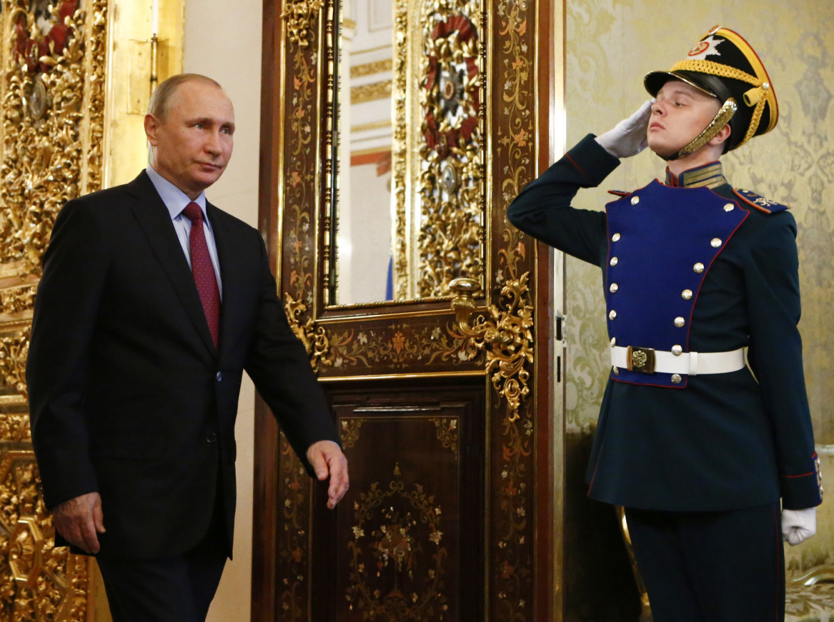 Russian President Vladimir Putin walks past an honour guard before a meeting with his Brazilian counterpart Michel Temer at the Kremlin in Moscow, Russia June 21, 2017. REUTERS/Sergei Karpukhin