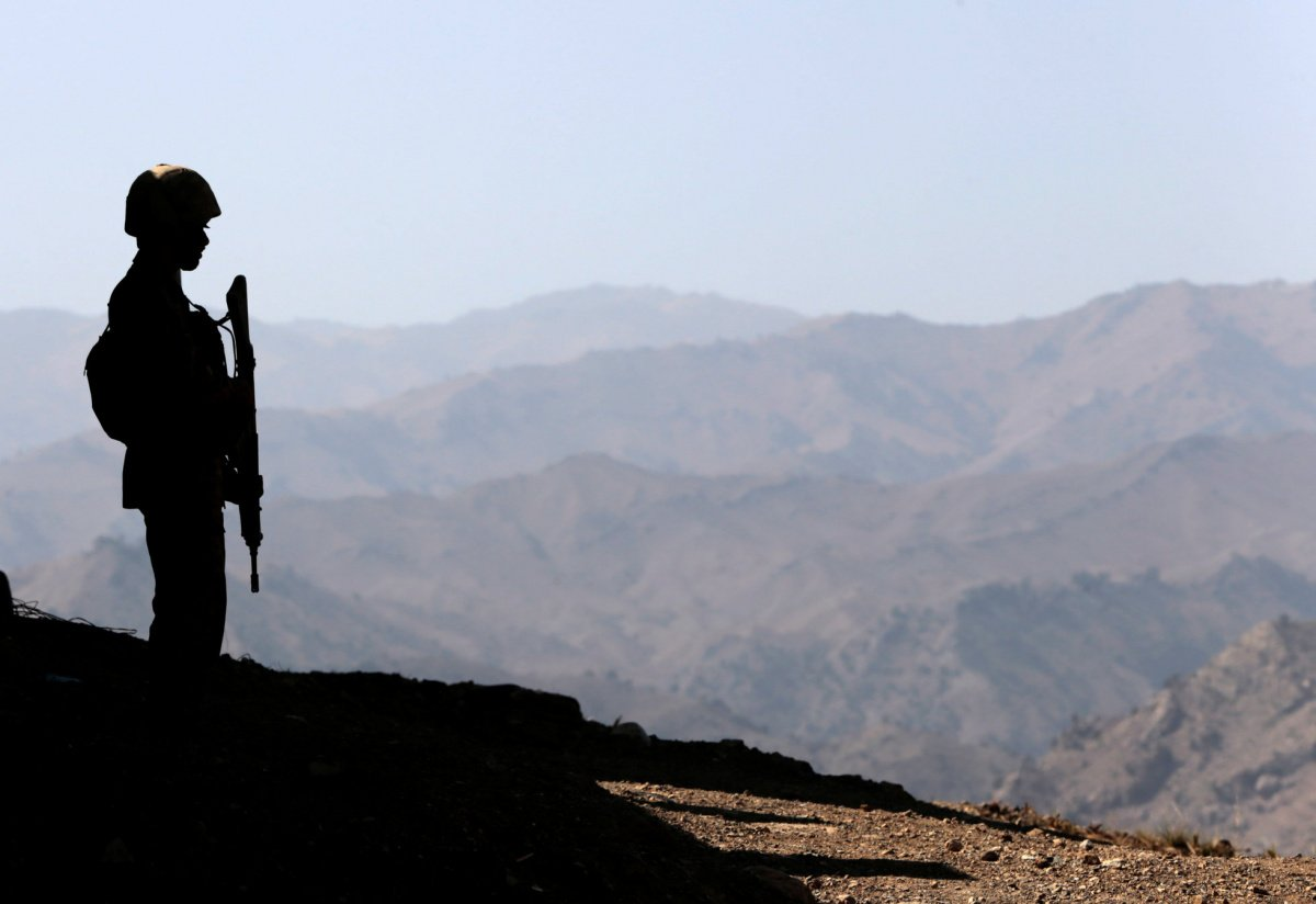 A soldier stands guard along the border fence outside the Kitton outpost on the border with Afghanistan in North Waziristan, Pakistan October 18, 2017. REUTERS/Caren Firouz