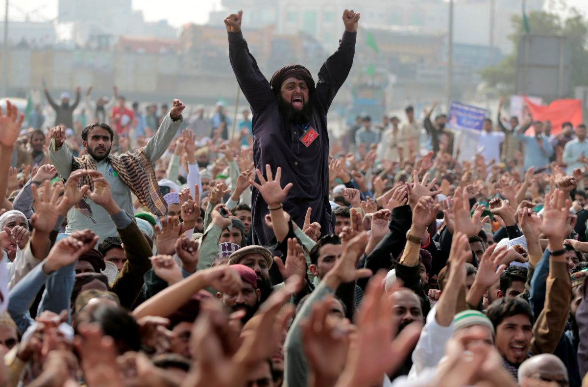 Members of the Tehreek-e-Labaik Pakistan far right Islamist political party shout slogans during a sit-in in Rawalpindi, Pakistan November 10, 2017. REUTERS/Caren Firouz