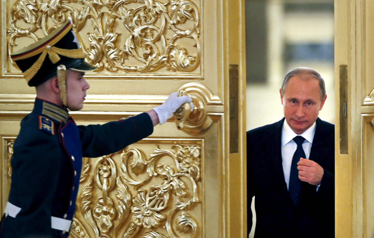 An honor guard opens the door as Russian President Vladimir Putin (R) enters a hall to attend a meeting with members of the Presidential Council for Civil Society and Human Rights at the Kremlin in Moscow, Russia, October 1, 2015. REUTERS/Yuri Kochetkov/Pool
