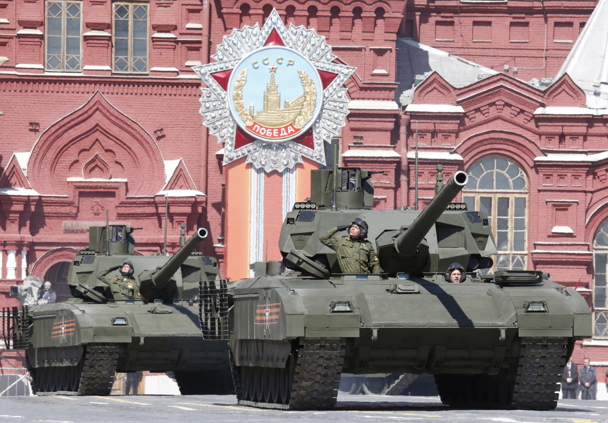 """Russian servicemen drive T-14 """"Armata"""" tanks during a rehearsal for the Victory Day parade in Red Square in central Moscow, Russia, May 7, 2015. Russia will celebrate the 70th anniversary of the victory over Nazi Germany in World War Two on May 9. REUTERS/Grigory Dukor"""