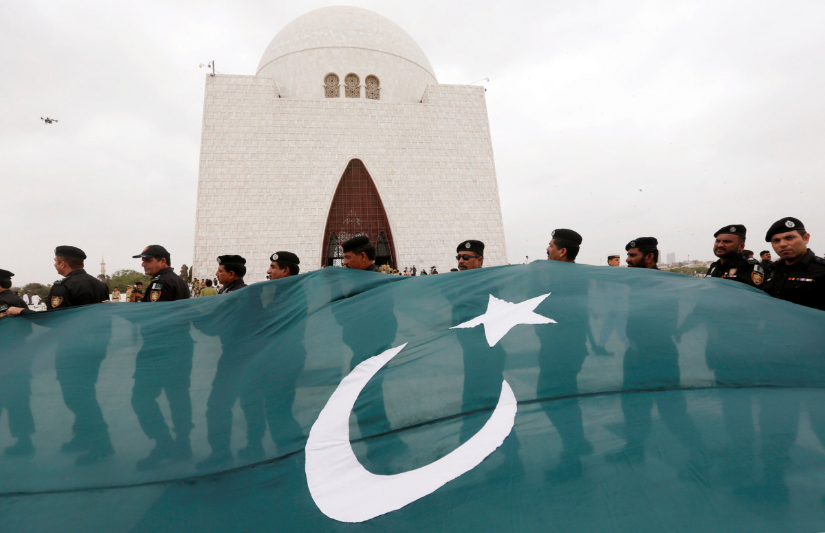 Soldiers from the Special Security Unit (SSU) hold Pakistan's national flag during a ceremony to celebrate the country's 70th Independence Day at the mausoleum of Muhammad Ali Jinnah in Karachi, Pakistan, August 14, 2016. REUTERS/Akhtar Soomro