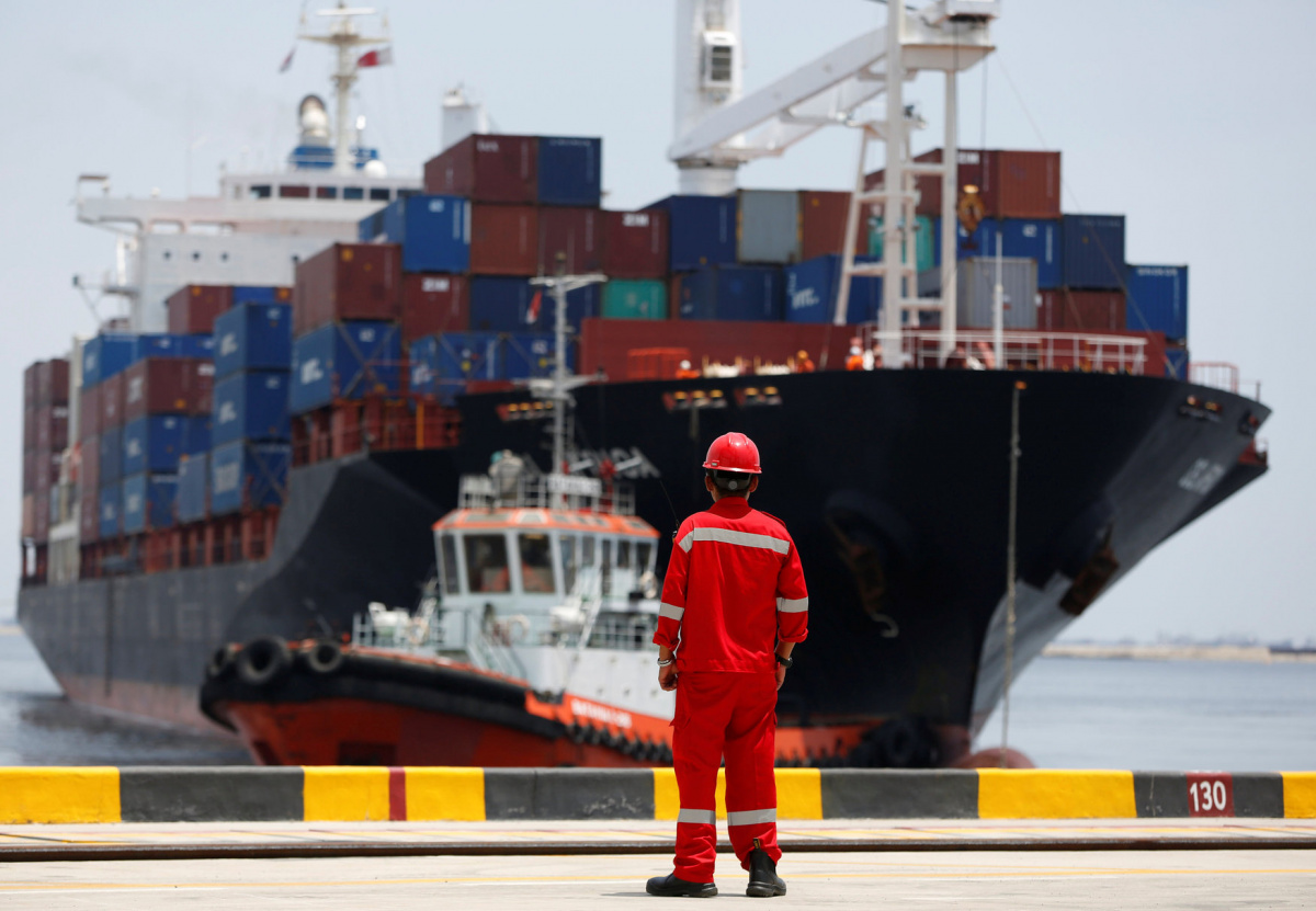 A port worker watches as a ship leaves the New Priok Container Terminal 1 in North Jakarta, Indonesia September 13, 2016. Picture taken September 13, 2016. REUTERS/Darren Whiteside