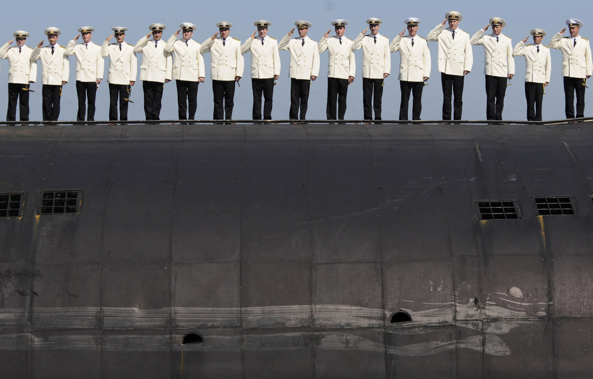 Russian seamen line up on a nuclear submarine as they train for a military parade to mark Navy Day in Russia's far eastern city of Vladivostok July 25, 2008. Russian Navy marks its professional holiday on Sunday. REUTERS/Yuri Maltsev (RUSSIA)