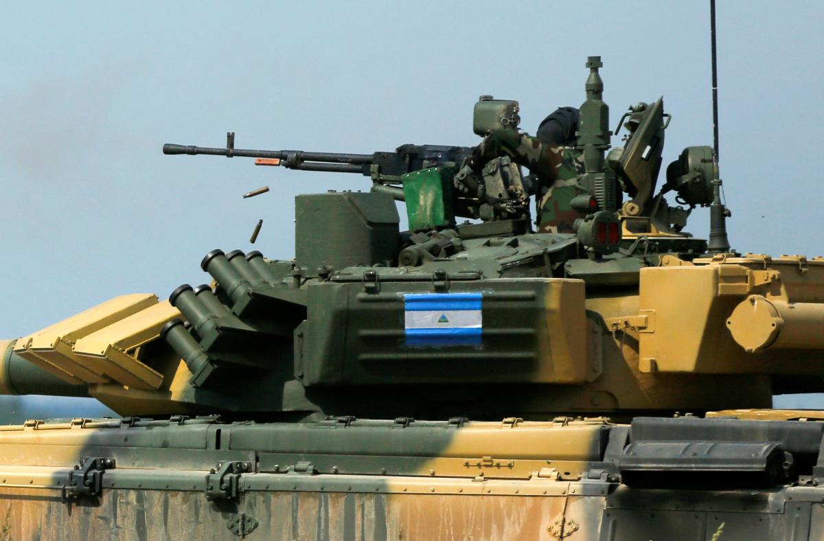 Um técnico dispara de um tanque T-72, operado por uma tripulação da Nicarágua, durante a competição Tank Biathlon, parte dos Jogos do Exército Internacional de 2016, em uma faixa no assentamento de Alabino fora de Moscou, na Rússia