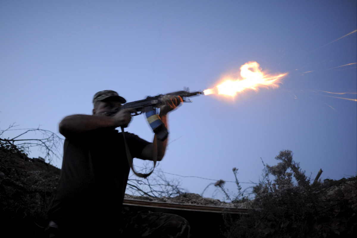 A serviceman of the Ukrainian armed forces fires a weapon during a battle in Avdiivka, Donetsk region, Ukraine, August 23, 2015. Reuters/Maksim Levin
