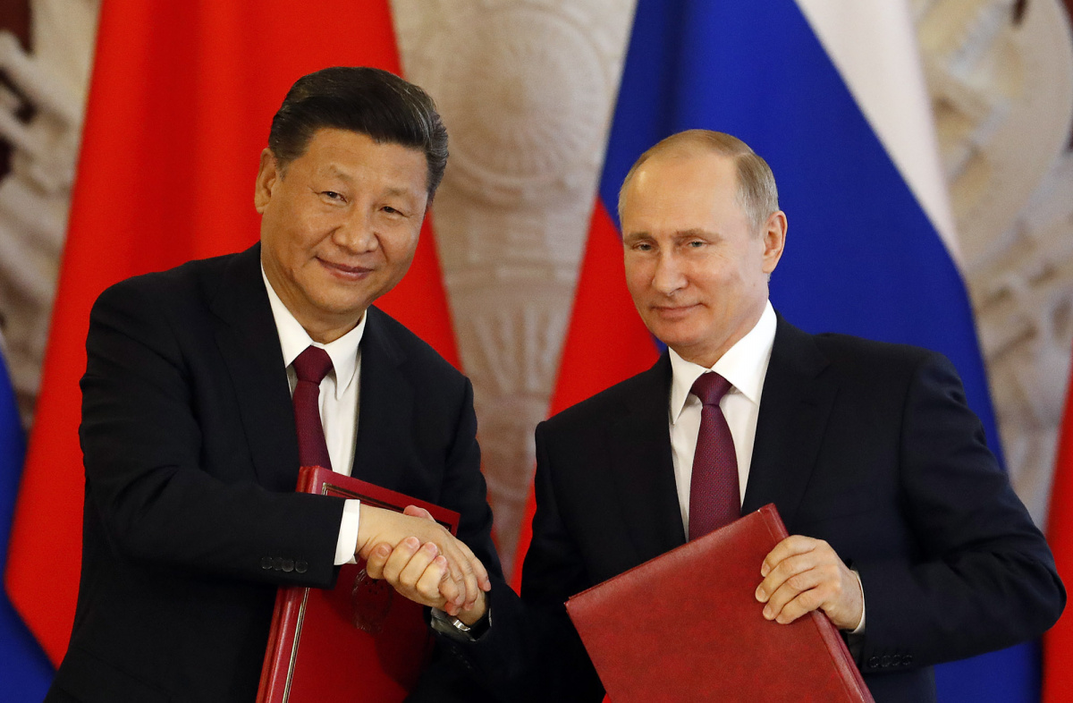 Russian President Vladimir Putin (R) shakes hands with his Chinese counterpart Xi Jinping during a signing ceremony following the talks at the Kremlin in Moscow, Russia July 4, 2017. REUTERS/Sergei Karpukhin.