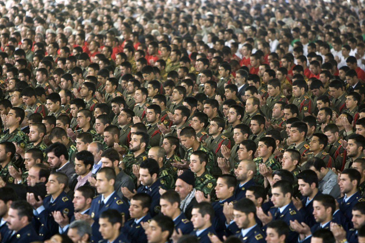 Members of the Iranian army pray while attending Friday prayers in Tehran April 17, 2009. REUTERS/Raheb Homavandi
