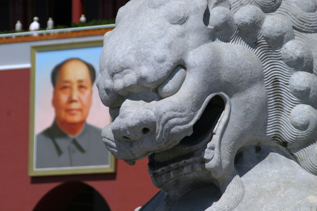 A statue and a photo of Mao Zedong.