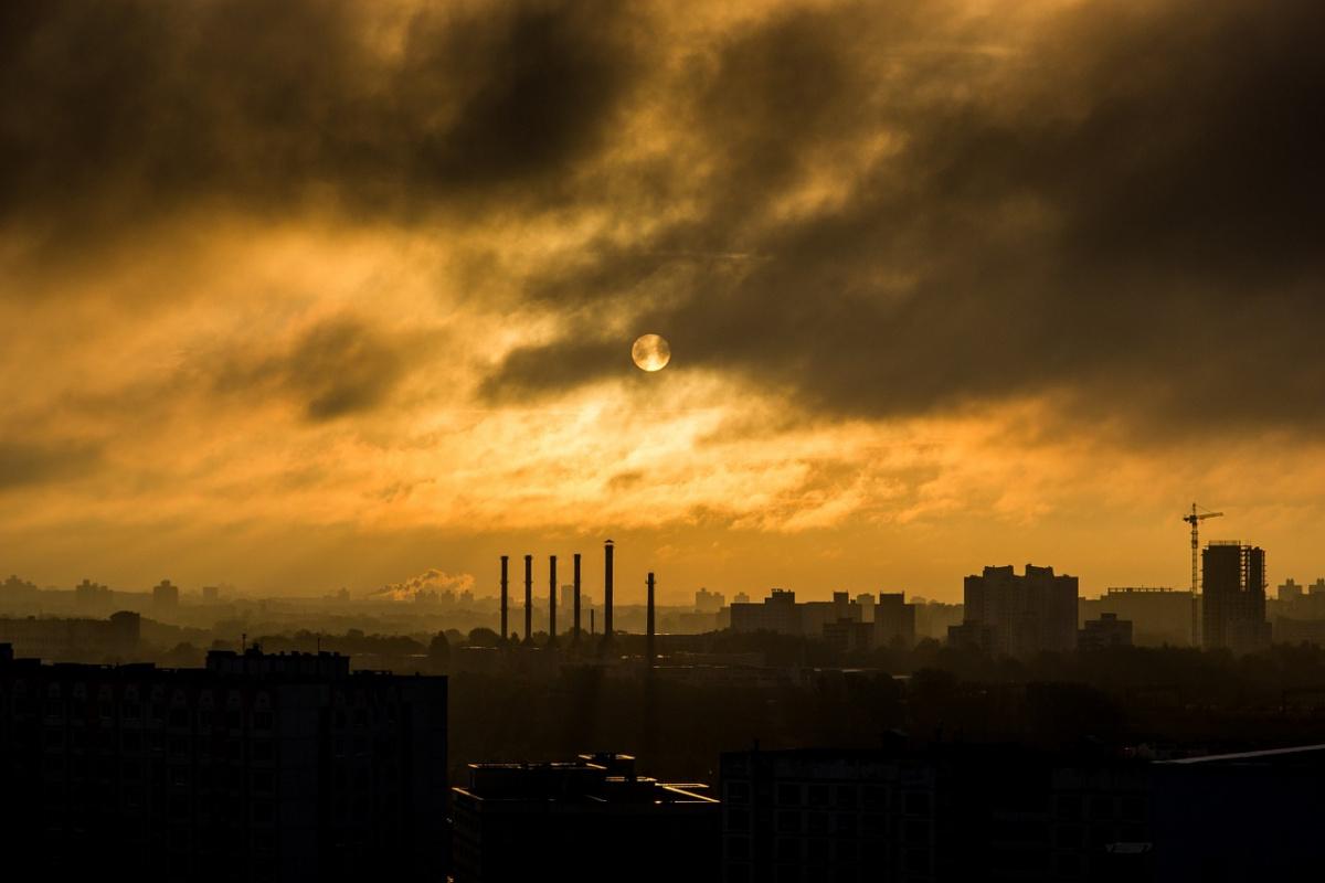 Smokestack in city. Pixabay/Public domain