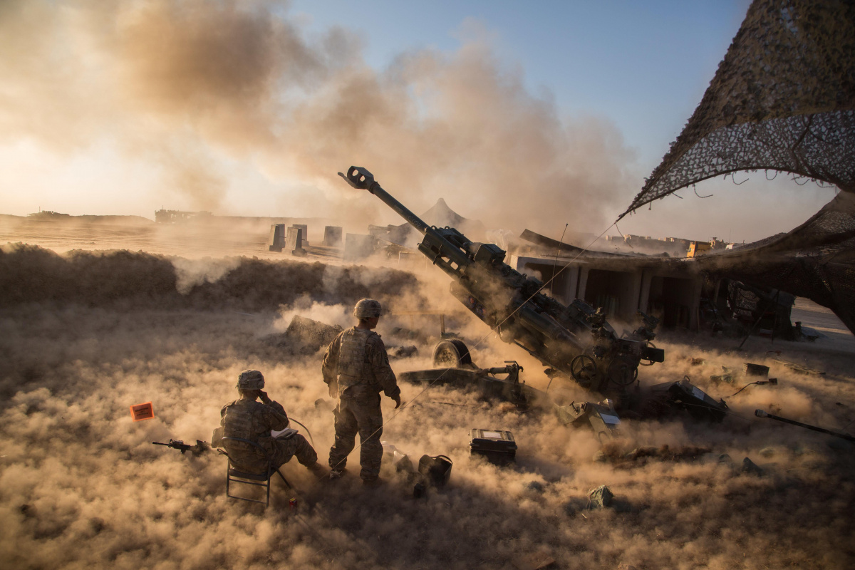 U.S. Soldiers fire an M777 A2 Howitzer in support of Operation Inherent Resolve at Platoon Assembly Area 14, Iraq. DVIDSHUB/Public domain