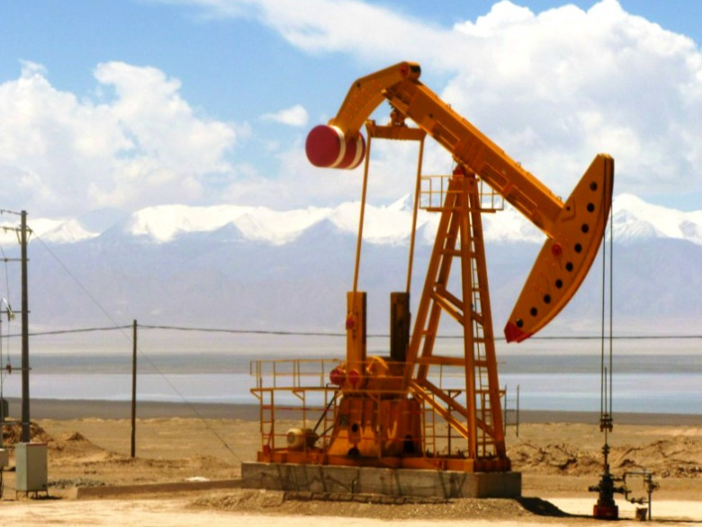 Image: An oil well in Tsaidam. Wikimedia Commons/John Hill, CC BY-SA 3.0.