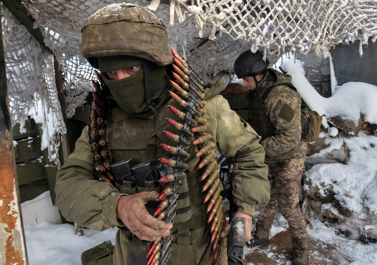 Members of the Ukrainian Armed Forces prepare a weapon at their position on the front line near the government-held town of Avdiyivka