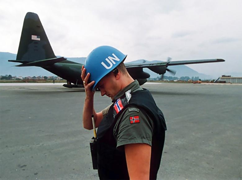 Image: A Norwegian peacekeeper in Sarajevo, 1992. Photo by Mikhail Evstafiev, CC BY-SA 3.0.