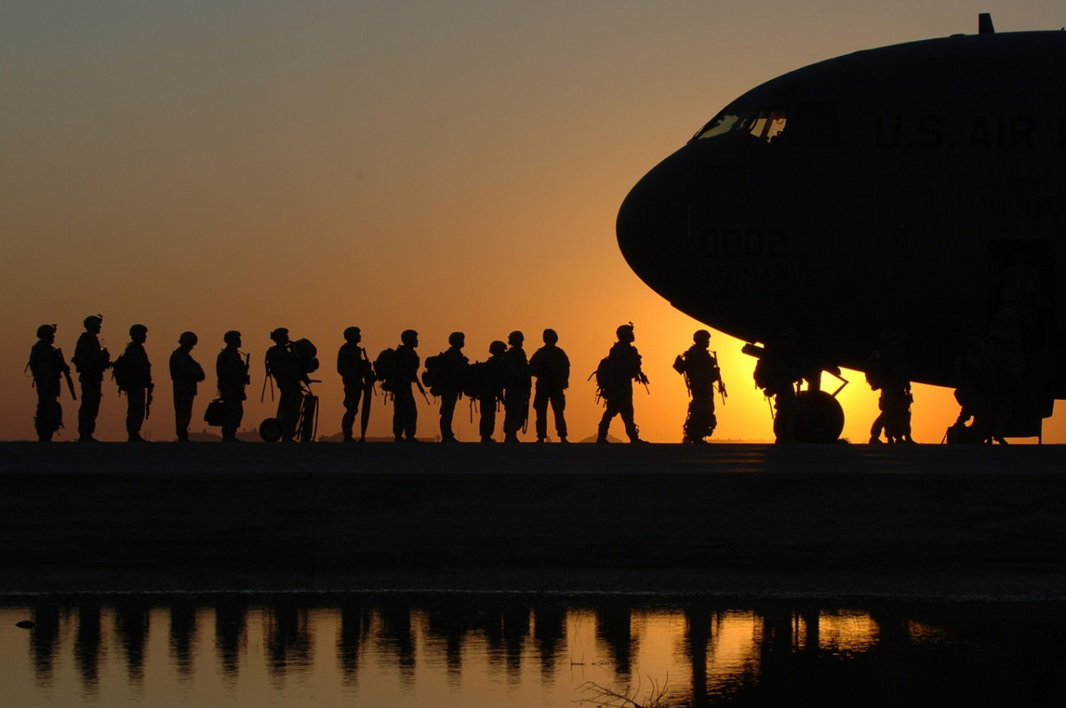 U.S. Army soldiers boarding a C-17 Globemaster. Pixabay/Public domain