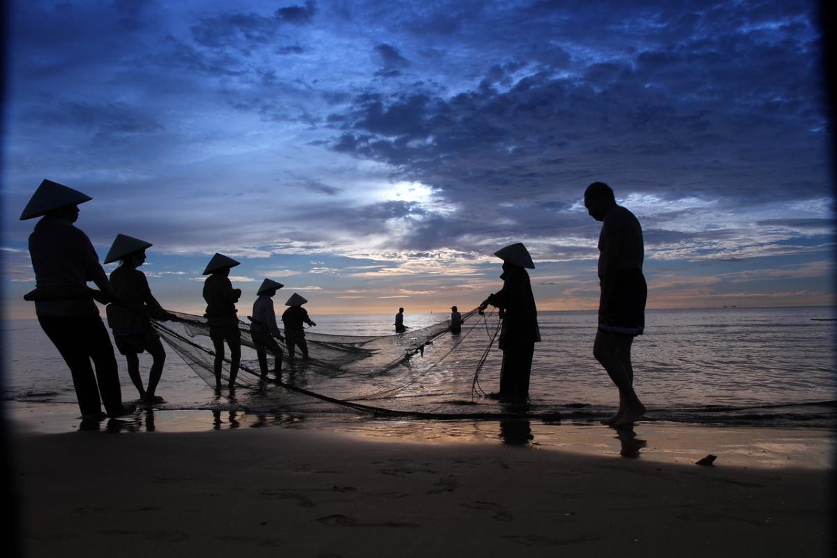 Fishermen on Hai Hoa beach in Vietnam. Pixabay/Public domain
