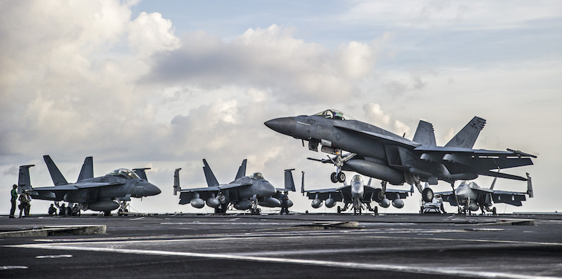 An F/A-18E Super Hornet prepares to make an arrested landing on the flight deck of USS George Washington. Flickr/U.S. Navy