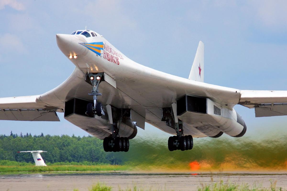 Air War: America's B-1 Bomber vs. Russia's Tu-160 (Who ... B1 Lancer Vs Tu 160