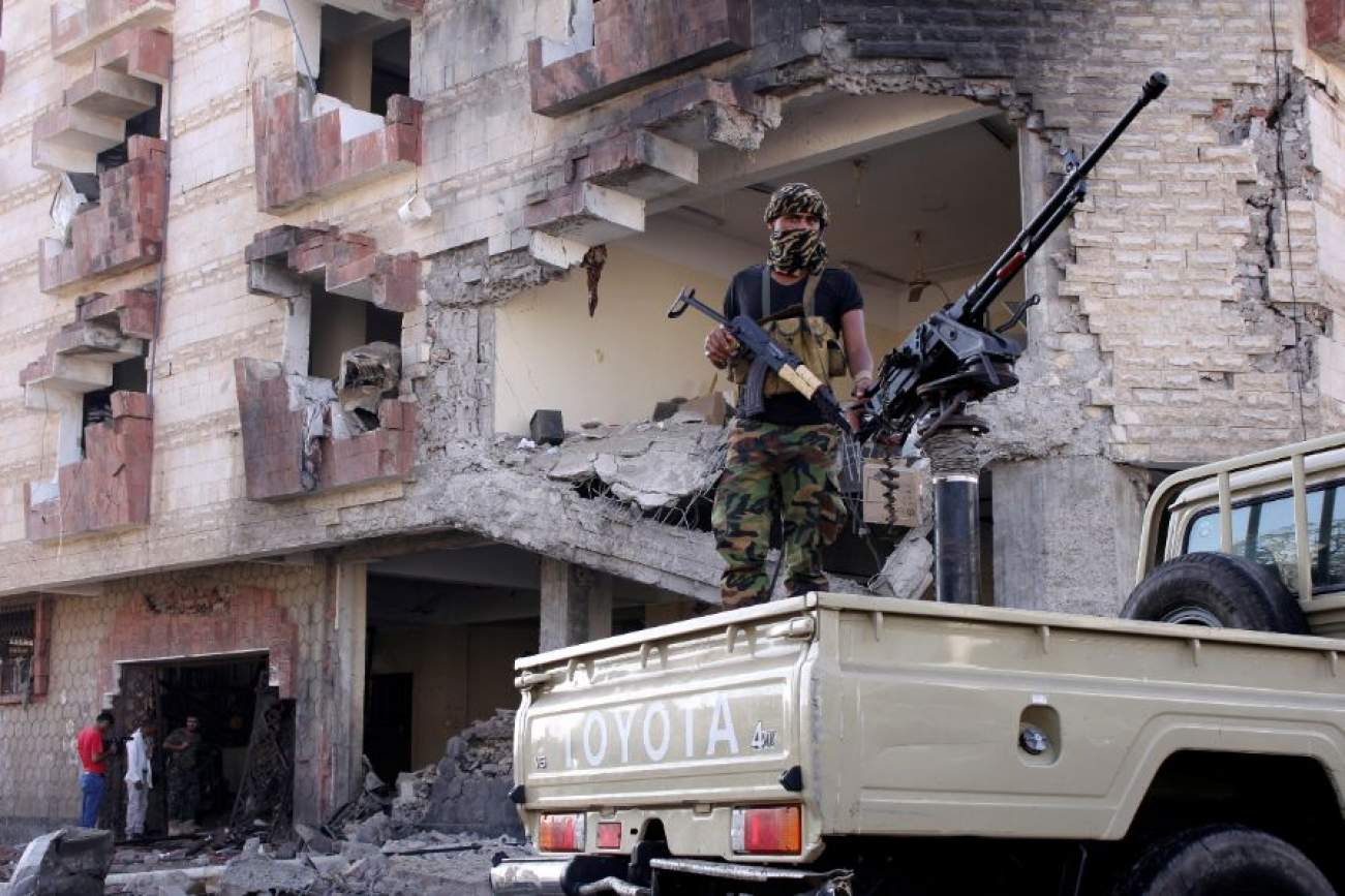 A police trooper mans a machine gun mounted on a patrol truck at the site of a car bomb attack outside the Finance Ministry offices in the southern port city of Aden, Yemen November 29, 2017. REUTERS/Fawaz Salman