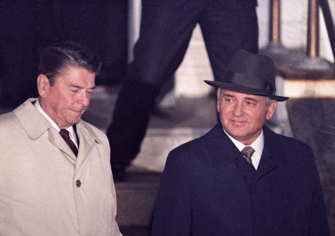U.S. President Ronald Reagan (L) and Soviet President Mikhail Gorbachev leave Hofdi House after finishing their two days of talks during a mini-summit in Reykjavik October 12, 1986. REUTERS/Nick Didlick