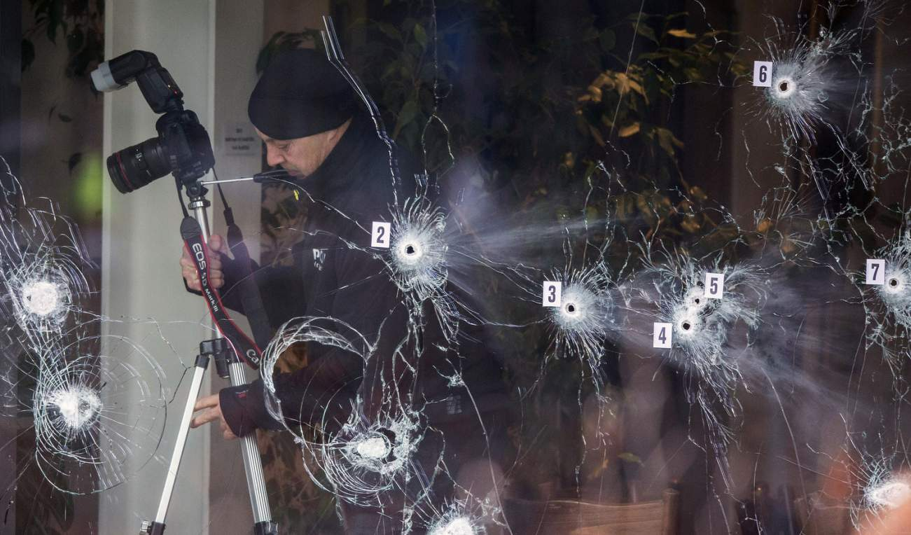 Investigative personnel work at the scene of a cafe shooting in Oesterbro, in Copenhagen, February 15, 2015. Danish police shot and killed the man in Copenhagen on Sunday they believe was responsible for two deadly attacks at an event promoting freedom of speech and on a synagogue. REUTERS/Hannibal Hanschke (DENMARK - Tags: CRIME LAW TPX IMAGES OF THE DAY)