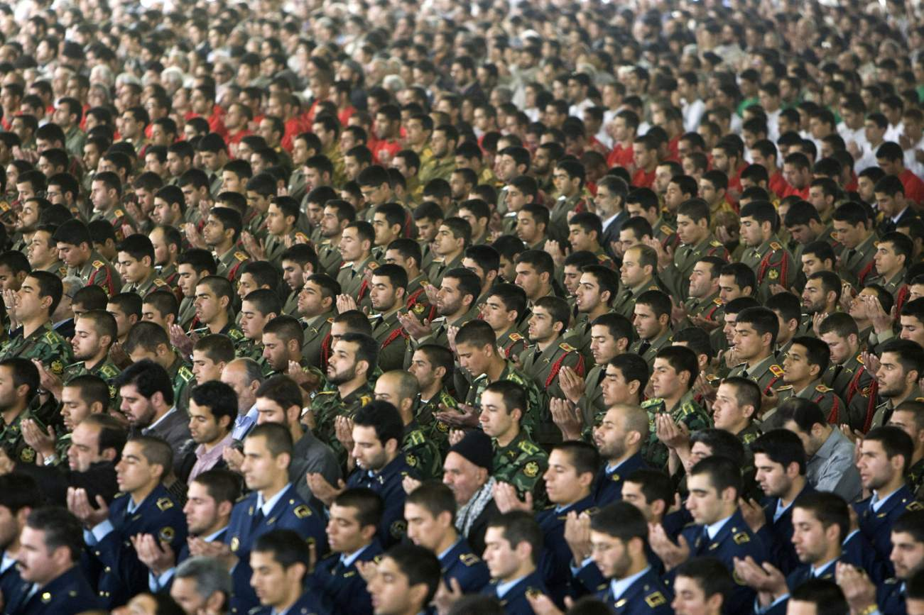 Members of the Iranian army pray while attending Friday prayers in Tehran April 17, 2009. REUTERS/Raheb Homavandi