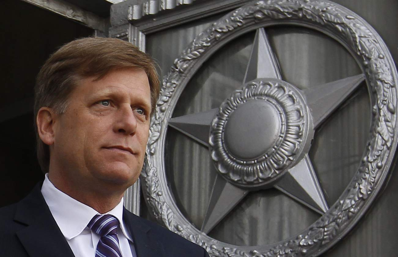 U.S. Ambassador Michael McFaul walks outside as he leaves the Russian Foreign Ministry headquarters in Moscow, May 15, 2013. The Kremlin said on Wednesday a spy dispute could impede efforts to improve ties with the United States, but did not threaten any more action after the expulsion of a diplomat accused of trying to recruit a Russian agent. President Vladimir Putin's spokesman Dmitry Peskov made his first comments on the case as U.S. Ambassador Michael McFaul discussed it with the Russian Foreign Minist