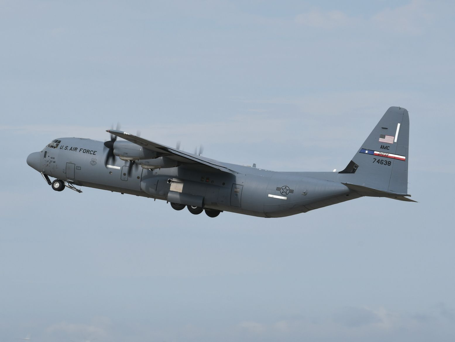 Amazing Footage Shows an LM-100J Super Hercules Flying Upside down