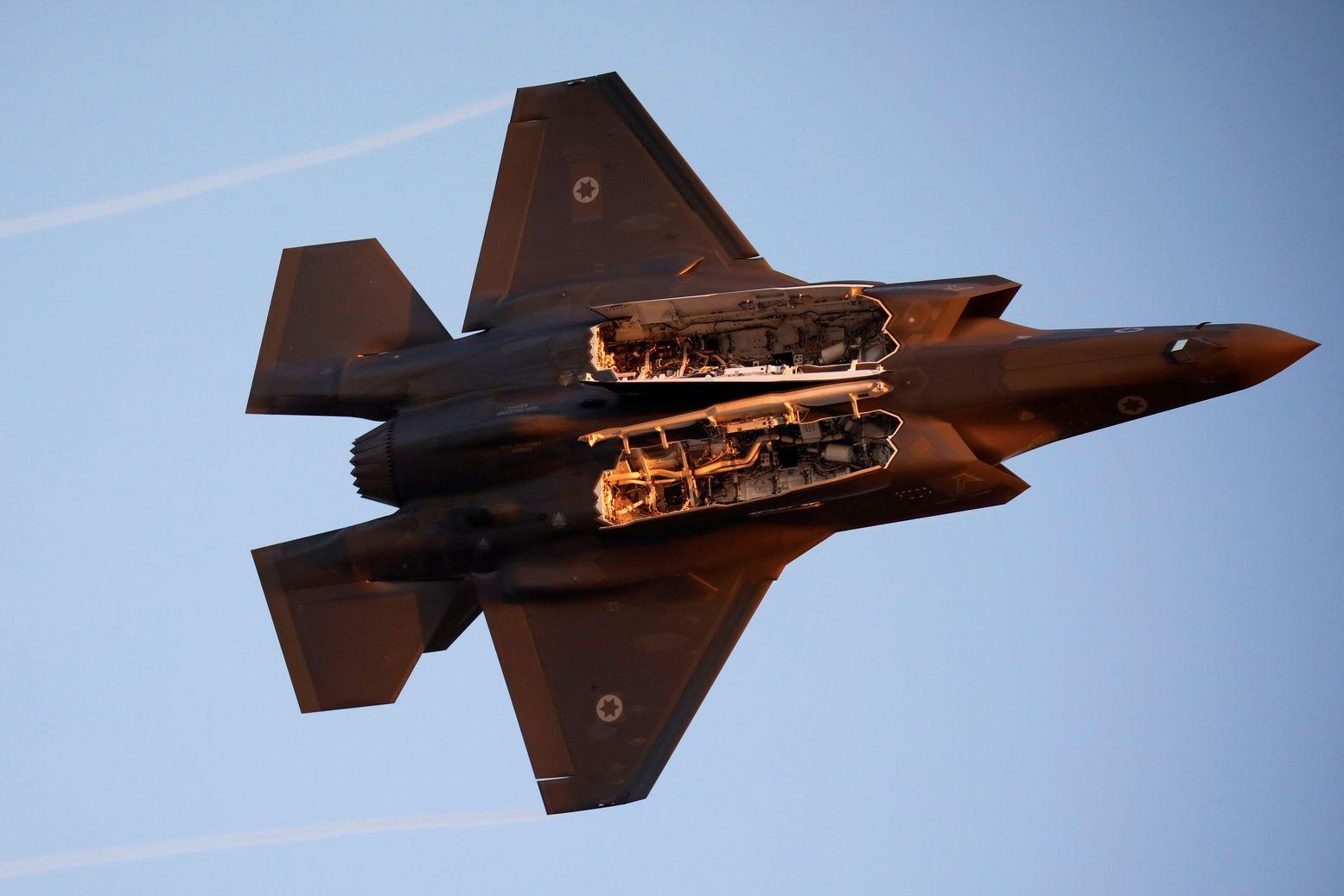 یہ واحد طیارہ ہے جو نہ صرف ایٹمی میزائل بلکہ دیگر روایتی اسلحہ بھی لے جانے کی صلاحیت رکھتا ہے۔