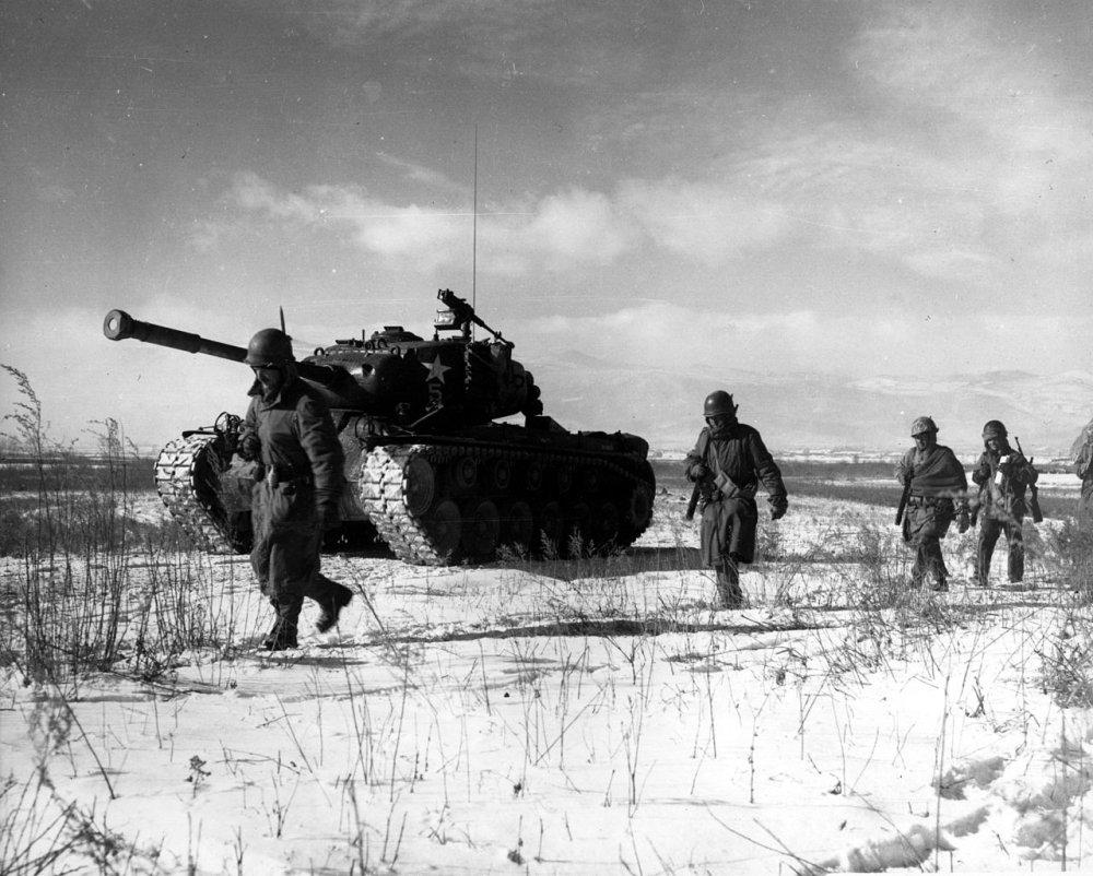Uma coluna da 1ª Divisão de Fuzileiros Navais move-se através das linhas chinesas