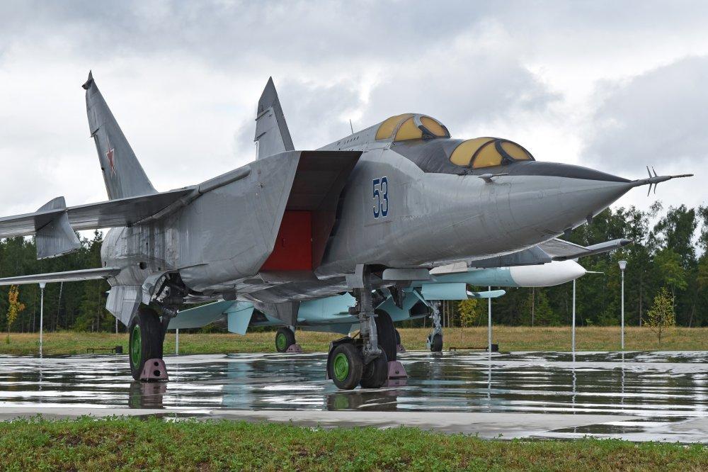 Mikoyan-Gurevich_MiG-25PU_%E2%80%9953_bl