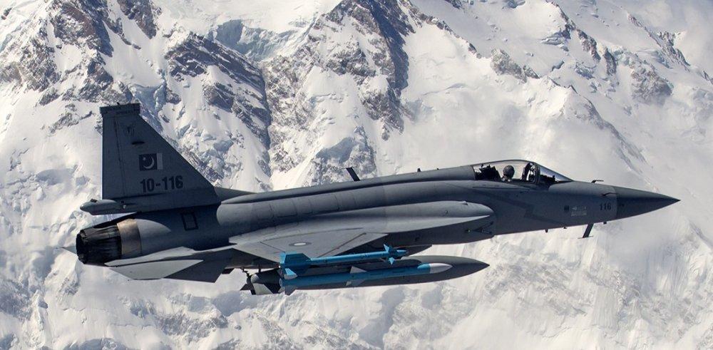 Caza pesado, caza ligero Pakistan_Air_Force_JF-17_Thunder_flies_in_front_of_the_26%2C660_ft_high_Nanga_Parbat%20%281%29%20%281%29_0